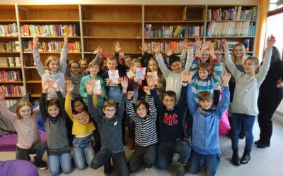 Vorlesesiegerin in neuer Schulbibliothek gekürt