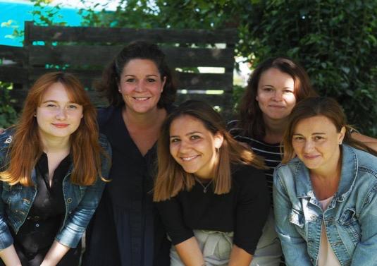 Das OGTS-Team:  (Von links nach rechts:) Ceren Yildiz, Katja Gese-Singer (Leitung OGTS), Sophia Schraudner, Kristina Kroll, Petronela Guth. Nicht auf dem Bild: Verbindungslehrerin Eva Obereisenbuchner