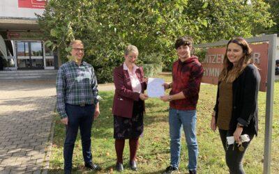 Verleihung des Delf-Zertifikats an Lorenz Strik